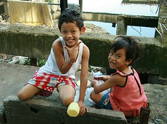 children with money (the foreign photographer - ฝรั่งถ่) Tags: two children kids money khlong thanon portraits bangkhen bangkok thailand canon