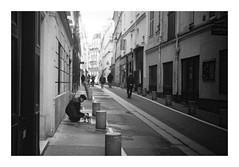 The lady with the dog (madras91) Tags: film ilford hp5 summitar5cmf2 50mm summitar iiif leicaiiif leica leicascrewmount street streetphotography paris noiretblanc nb blackandwhite bw monochrome