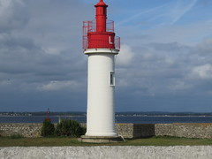 Loctudy. Lighthouse of Langoz. Phare de Langoz. (Traveling with Simone) Tags: bretagne brittany finistère loctudy langoz red white phare lighthouse ocean atlantic atlantique