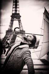 El beso de la lluvia. (LACPIXEL) Tags: beso lluvia baiser pluie kiss rain philippedepommereau artist artiste artista comédien actor paris eiffeltower toureiffel torreeiffel trocadéro paraguas parapluie umbrella sony noiretblanc blancoynegro blackandwhite flickr lacpixel