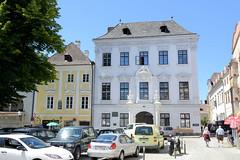 2065  Historische denkmalgeschützte Architektur am Schürerplatz in Stein an der Donau /Krems. Blick auf das sogenannte Mazzettihaus – ein palaisartiges Eckhaus mit reich dekorierte  Fassade. Das Wohnhaus wurde 1720 für den Bürgermeister Jakob Oswald von M (stadt + land) Tags: historische denkmalgeschützte architektur schürerplatz mazzettihaus palais eckhaus reich dekorierte fassade wohnhaus 1720 bürgermeister mayreck erbaut barock barockes bürgerhaus bilder fotos sehenswürdigkeiten impressionen krems donau fluss flus unesco weltkulturerbe