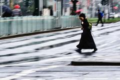 Woman with backpack (Matthias Neugebauer) Tags: düsseldorf grafadolfplatz regen kreuzung street