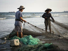 Da Nang 18 (arsamie) Tags: asia vietnam danang beach shore sea ocean fish fishing fishermen fishnet men work people vietnamese hat nonla sunset