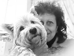 Quien no ha amado nunca a un animal, tiene parte de su alma aún dormida. (elena m.d.) Tags: selfie retrato tula elena monocromo bw bn samsung
