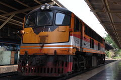 UM12C (GE) (SITTINGGROUND) Tags: um12c train srt diesel locomotive thaitrain railway thailand bkk bangkok canon 77d tamron 18270 ge