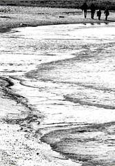 domenica in spiaggia, passeggiare (enricoerriko) Tags: enricoerriko erriko portocivitanova civitanovamarche sea mare adriatico porto monteconero citanò spiaggia beach barche barchette faro green verde blù