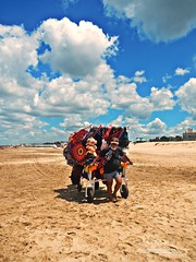 De todo (Aprehendiz-Ana Lía) Tags: nikon flickr playa venta arena cielo nubes mar costa sky nuvole hombre vendedor imagen luz sol viento multicolor color verano alegría vacaciones analialarroude pinamar argentina nature naturaleza