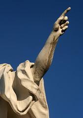 Fingerzeig (Wolfgang Bazer) Tags: fingerzeig skulptur sculpture steinkunst index finger zeigefinger blue sky blauer himmel schloss belvedere palace schlosspark wien vienna österreich austria muse urania der astronomie