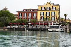 Sirmione (ingrid eulenfan) Tags: italien italy italia gardasee haus architekturarchitecture sirmione wasser see ufer hotel schiff