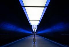 HAFENCITY UNIVERSITÄT (Ni1050) Tags: hafencity universität ubahn subway tube metro underground tunnelbana licht light blue blau illunination bahnsteig ninicrew ninis ni1050 2019 hamburg sony a7r2 ilce7rm2 a7rii voigtlanderheliarhyperwide10mmf56 voigtländer ww weitwinkel angle ultraweitwinkel ultra
