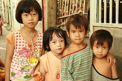 sisters and brothers (the foreign photographer - ฝรั่งถ่) Tags: sisters brothers four children khlong thanon portraits bangkhen bangkok thailand canon