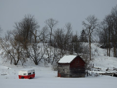 A camper and a barn in Venosta (Township of Low), Quebec (Ullysses) Tags: venosta townshipoflow quebec canada winter hiver snow neige camper barn grange
