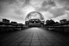 Géode, Paris, France (pas le matin) Tags: sky ciel clouds cloudy urban urbain paris ville city france europe europa world travel voyage monochrome bw nb blackandwhite noiretblanc perspective reflection mirror miroir sphere architecture canon 350d canon350d canoneos350d eos350d cinema movietheater citédessciences cité des sciences de citédessciencesetdelindustrie