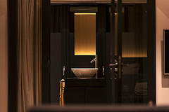 /| (○gus○) Tags: nikond750 850mm f14 180 room camera hotel albergo restroom bathroom toilet bagno sink washbowl lavandino yellow giallo poznań poland polonia ilonnboutiquelimanowskiego ʂ