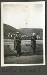 ? (Kaïopai°) Tags: vintage 1930 alken mosel photograph fotograf reise traveller männer men ufer moselufer schiebermütze