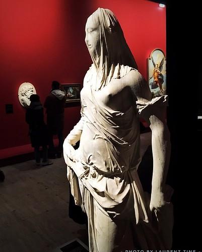 Exposition Grand Palais sur Venise au XVIIIe. Cette superbe sculpture de femme avec son voilage transparent en pierre est une Œuvre d'art.  @le_grand_palais  Photo « prise au smartphone »  Paris. .... .... ....  ..... Plaisir de découvrir Paris ......  #p