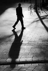 Last light. (Guido Klumpe) Tags: sw schwarzweis blackandwhite bnw bw monochrome kontrast contrast gegenlicht shadow schatten silhouette gebäude architecture architektur building perspektive perspective candid street streetphotographer streetphotography strase hannover hanover germany deutschland city stadt streetphotographde unposed streetshot