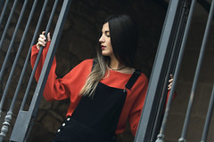 Beatriz 8.0. // 01 (Lt. Sweeney) Tags: rouge red rojo sesiónfotográfica book foto fotografía modeling model modelo modella shooting outfit peto exterior gente airelibre sinflash encolor color dof depthoffield profundidaddecampo desenfoque enfoque blur focus reja barrotes streetphotography guapa cool cute joli beautiful beau canon adobephotoshopcc encuadre framing dutchangle planoholandés