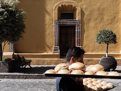 Bread delivery (Papaye_verte) Tags: streetphotography sanmigueldeallende sma mexique mexico livraison delivery pain pane bread