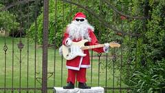 0440 Weihnachtsmann mit - Santa with;  E-guitar, in Meadow (roving_spirits) Tags: australia australien australie southaustralia