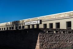 Zug fährt zuerst (sulamith.sallmann) Tags: verkehr zeichen bahnhof brandenburg deutschland europa haltestelle hoppegarten hönow märkischoderland schild symbol typo sulamithsallmann