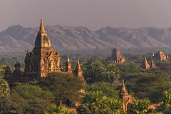 Temples in the evening light - Bagan (Captures.ch) Tags: clear klar sunset sonnenuntergang abend abenddämmerung dusk evening myanmar birma burma bagan aufnahme capture baum berge forest hill himmel hügel landscape landschaft mountains pagoda pagode wald tree temple tempel sky
