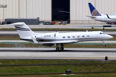 Private | Gulfstream G400 | N712LW | Los Angeles International (Dennis HKG) Tags: aircraft airplane airport plane planespotting bizjet businessjet canon 7d 100400 losangeles klax lax gulfstream g400 glf4 n712lw
