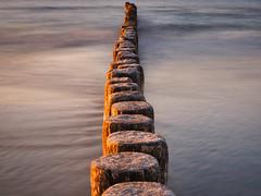 Sonnenuntergang Ostsee (tosch_fotografie) Tags: sonnenuntergang ostsee meer strand buhnen sonne wellen wasser licht wärme holz sand