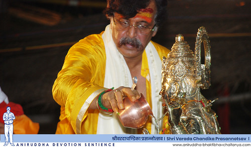 Sadguru Shree Aniruddha offering the Snanabhishek to Mata Shivagangagauri at Janhavisthanam during Varada Chandika Prasannotsav | वरदा चण्डिका प्रसन्नोत्सवात जाह्नवी स्थानम येथे माता शिवगंगागौरीस स्नानाभिषेक अर्पण करताना सद्गुरु श्रीअनिरुद्ध बापू