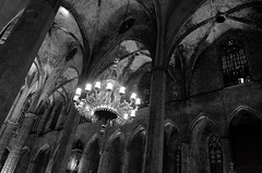 barcelona_rest area_2 (hipòlit_pascual) Tags: bn bw blackwhite blancoynegro blanconegro barcelona gothic europe inside column old lamp chandelier stone church cathedral
