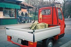 Pollo o caldarroste? (sirio174 (anche su Lomography)) Tags: ape car furgoncino trasporto como italia italy veicolo design pollo caldarroste olympusxa2 lomographycn400