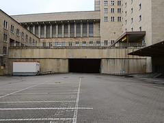 Flughafen-Tempelhof_e-m10_1013107424 (Torben*) Tags: rawtherapee olympusomdem10 olympusm12mmf20 berlin kreuzberg flughafentempelhof thf flughafen tunnel innenhof courtyard parkplatz parkinglot architektur architecture