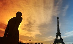 TrocaderoStatue (hbensliman.free.fr) Tags: paris architecture travel france landmark sunrise sunset eiffel tower statue eifelturm