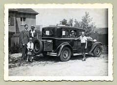 """1929 Oakland All-American Six (Vintage Cars & People) Tags: vintage classic black white """"blackwhite"""" sw photo foto photography automobile car cars motor vehicle antique auto oakland allamerican six 1930s 30s thirties fashion dress skirt blouse suit doublebreasted handbag family father mother son daughter child childhood boyhood travel trip trunk luggage house home fence"""