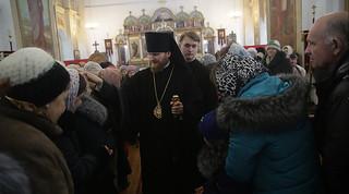 Епископ Леонид с прихожанами