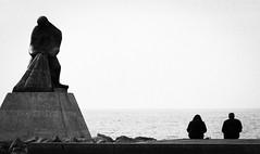 Pensativos ante el mar. (Ricardo Pallejá) Tags: nikon d500 sea blancoynegro bw blackandwhite catalonia contraste cataluña catalunya contraluz street sombras shades silueta sun stone estatua exploraciónurbana urbana urban urbanexploration salou tarragona travel turismo textura