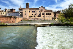 Lo spartiacque (Maurizio Belisario) Tags: roma rome tevere river fiume cascata fall acqua water isola isle isolatiberina italia italy nikond5300 nikkor1685