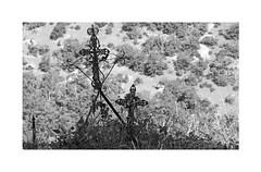 Seulement le vent du causse (Yvan LEMEUR) Tags: causse causses labastidepradines croix cimetière aveyron millau saintaffrique larzac extérieur nb noiretblanc blackandwhite bw occitanie