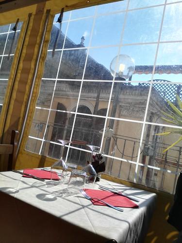 tavolo fuori, ma dentro la terrazza