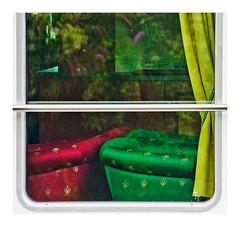 la fenêtre de la péniche (Marie Hacene) Tags: péniche détails bois textures fenêtre seine conflanssaintehonorine