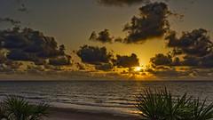 Alumbnrando Yucas (Fotgrafo-robby25) Tags: alicante amanecer costablanca marmediterráneo nubes playadelashiguericas sol sonyilce7rm3