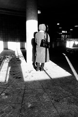Même les ombres attendent l'autobus... (woltarise) Tags: autobus entrée attente montréal station métro outremont iphone7 streetwise