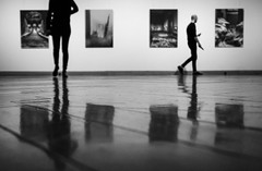 Art Gallery (CoolMcFlash) Tags: bw blackandwhite monochrome art bnw blackwhite gallery people reflection floor wall pictures fujifilm xt2 candid sw schwarzweis kunst gallerie personen spiegelung boden wand fotografie photography xf1024mmf4 r ois kontur silhouette focus fokus