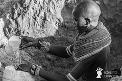 Ragazza Samburu al pozzo, Area di Archer's Post, Kenya (Pianeta Gaia Viaggi) Tags: kenya kenyani popoli samburu viaggio