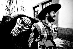 000941 (la_imagen) Tags: sw bw blackandwhite siyahbeyaz monochrome street streetandsituation sokak streetlife streetphotography strasenfotografieistkeinverbrechen menschen people insan lindau lindauimbodensee narr narrensprung mask swabianalemannicfastnacht schwarzweiss fasnet fastnacht fasching fastnet