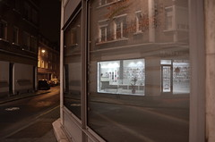 (Jean-Luc Léopoldi) Tags: boutique vitrine nuit arras esquina coin angle rue éclairage reflection éclairagepublic façades nobody désert ruedéserte