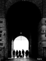 Milano - Castello Sforzesco - Gente che va, gente che viene. (iw2ijz) Tags: milano milan castello sforzesco bw bianco nero black white blackandwhite lombardia castle building persone people person silhouette