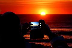 Ciascuno a suo modo (meghimeg) Tags: 2019 dianomarina alba sunrise mare sea acqua rosso red royo rot uomo man telefono phone foto shot