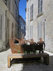 Au fil des rues, Cognac (16) (Yvette G.) Tags: banc cognac 16 charente poitoucharentes nouvelleaquitaine