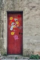 Les rides du vieux Bordeaux magnifiquement maquillées par Stew Lus (Isa-belle33) Tags: door porte wall mur urban urbain city ville colors couleurs red rouge fujifilm bordeaux street streetphotography streetart streetartbordeaux